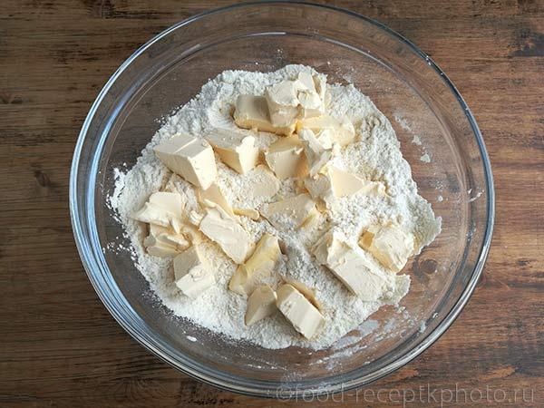 Маслои мука в стеклянной миске для приготовления теста для пирога с ревенем и можжевеловыми ягодами