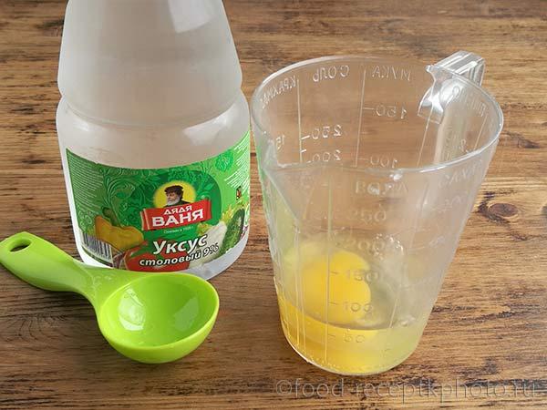 Смесь яйца с уксусом в мерном стакане