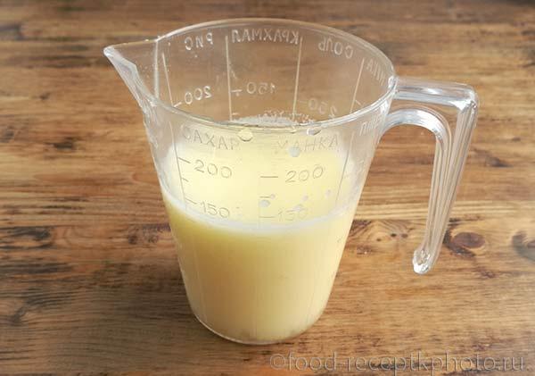 Смесь яйца с уксусом и водой в мерном стакане