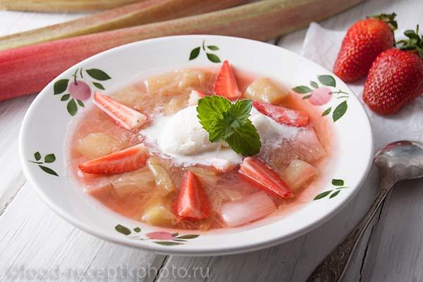 Суп из ревеня с клубникой и мороженым