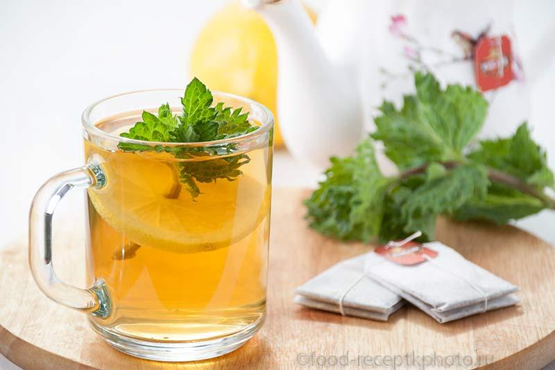 Напиток из зеленого чая с лимоном и мятой