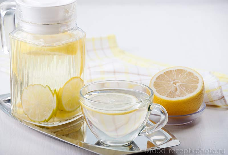 Лимонный напиток в кувшине и стеклянной кружке
