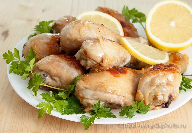 Жареные куриные ножки в белой тарелке