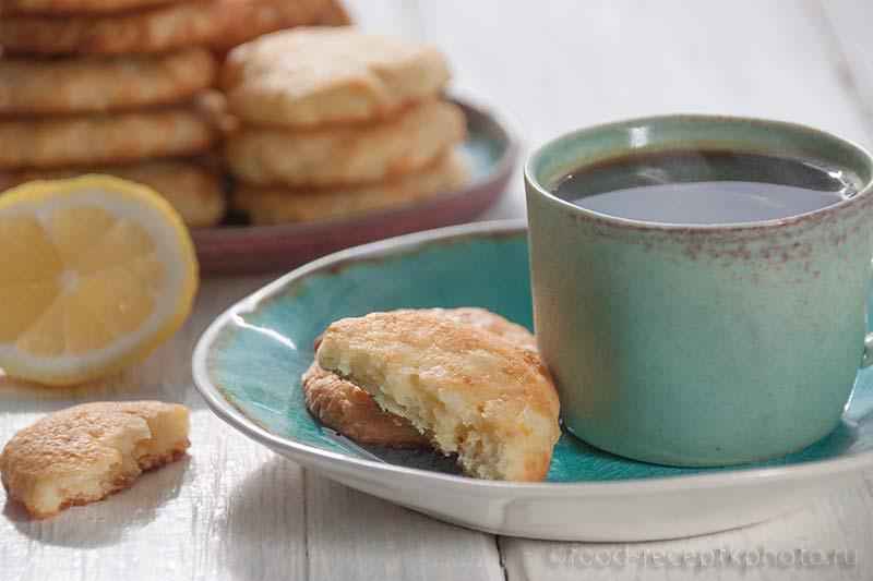 Творожное печенье и чашечка с кофе