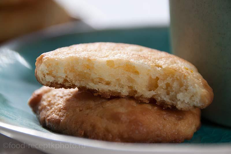 Творожное печенье на бирюзовой тарелке