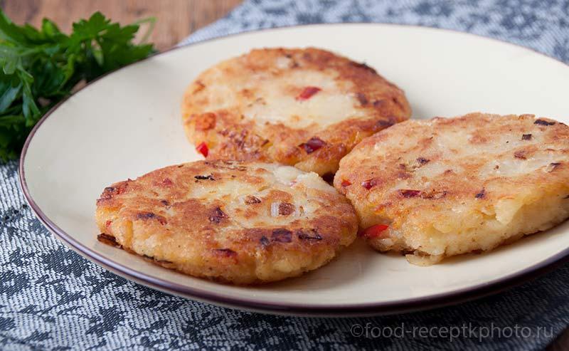 Картофельные пикантные оладьи в тарелке