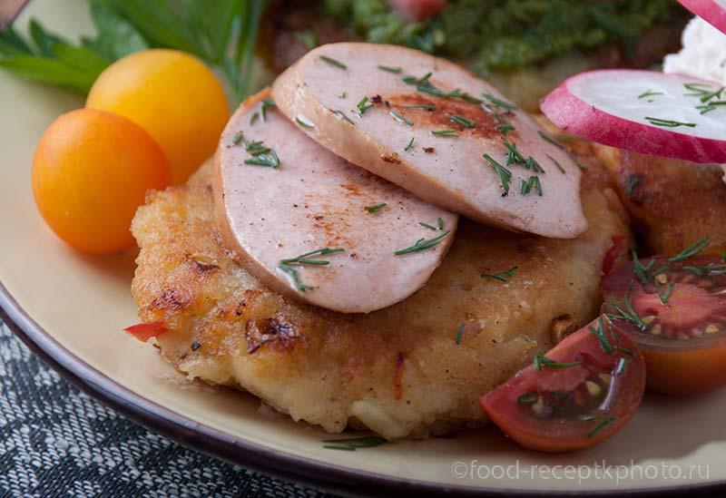 Картофельные пикантные оладьи с жареными сардельками