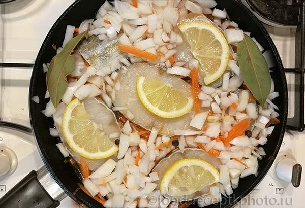 Треска с морковью,репчатым луком и лимоном в сковороде