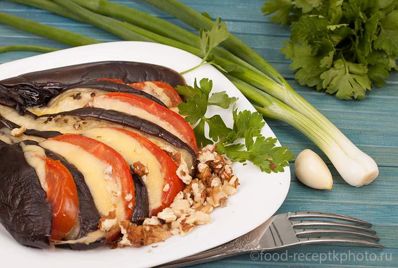 Запеченные баклажаны с помидорами,сыром и чесноком.