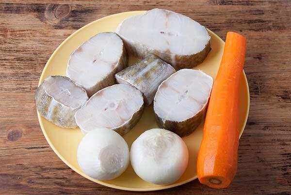 Ингредиенты для отварной трески с морковью