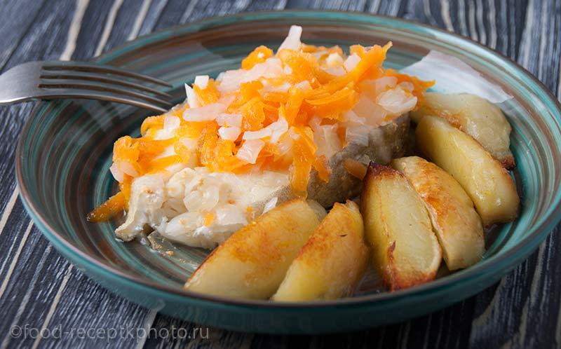 Отварная треска с морковью и лимоном с гарниром из жареного картофеля
