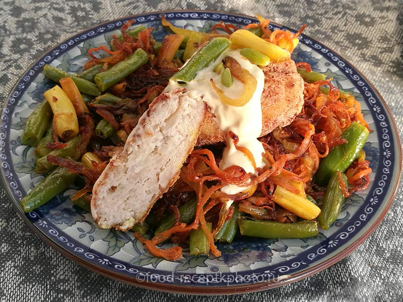 Куриные котлеты с манкой и капустой с овощным гарниром