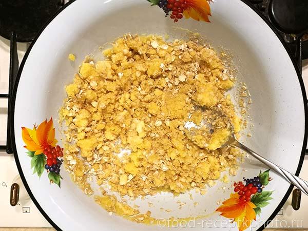Миска с растопленным маслом и манной крупой для приготовления теста для пирога с тыквой и сухофруктами