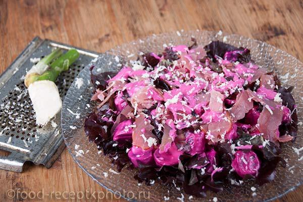 Салат из молодой свёклы в стеклянной тарелке