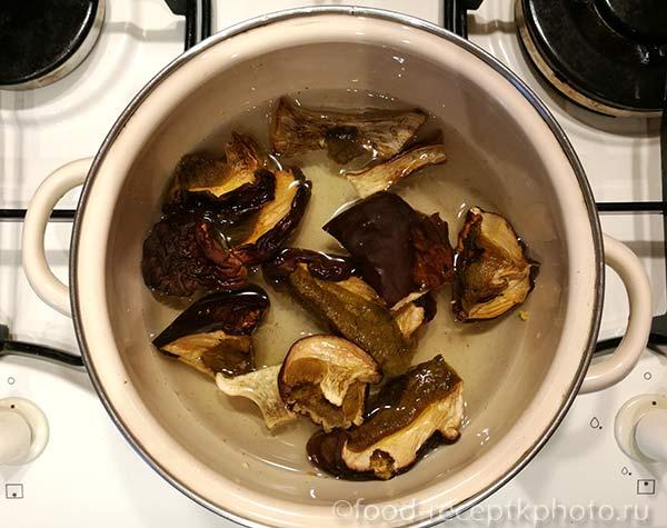 Сушеные грибы в кастрюле