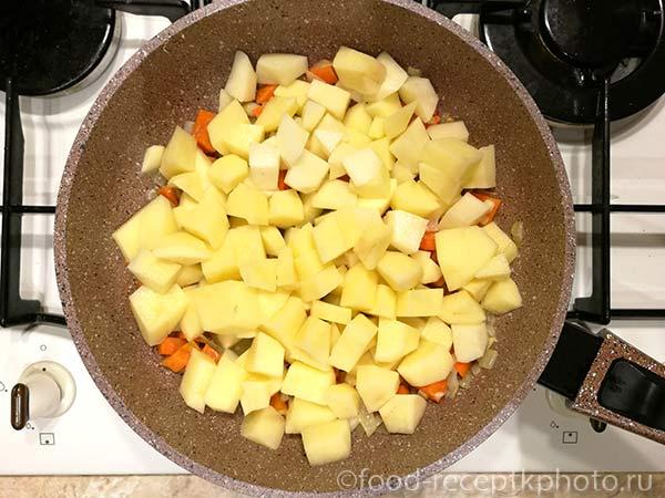 Лук,морковь и картофель в сковороде для овощного рагу