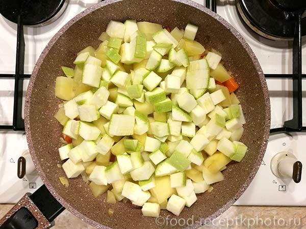 Лук,морковь, картофель и кабачки в сковороде для овощного рагу