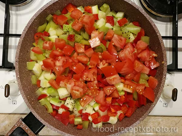 Лук,морковь, картофель, кабачки, болгарский перец и помидоры в сковороде для овощного рагу