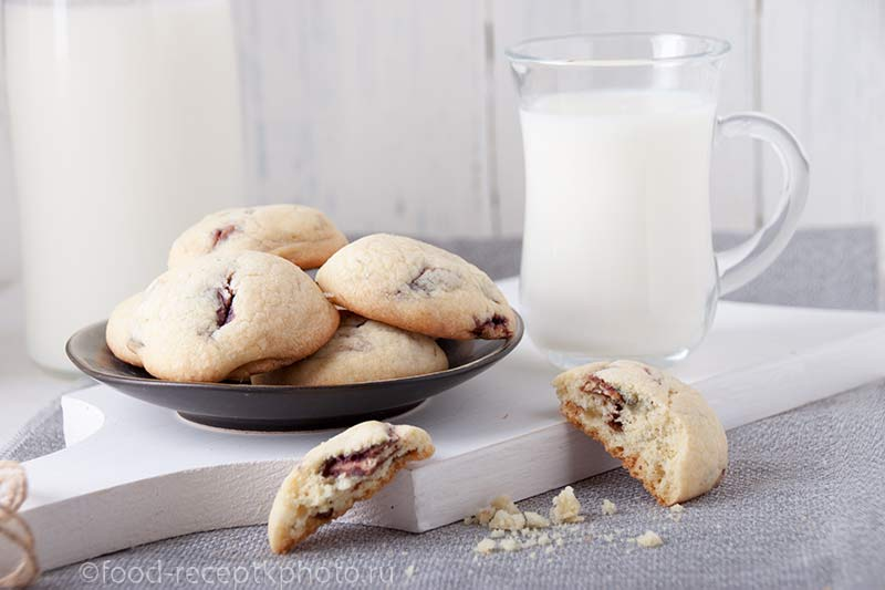Шоколадное печенье с чашкой молока