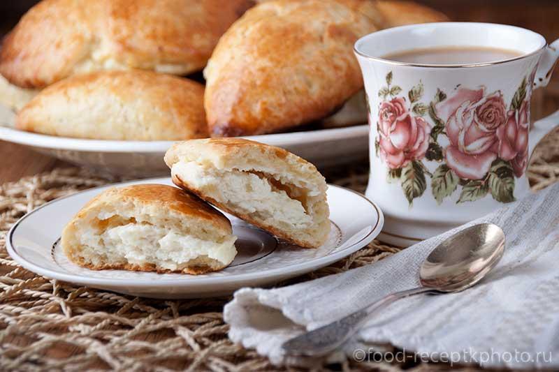 Сочни с творогом и чашка с кофе