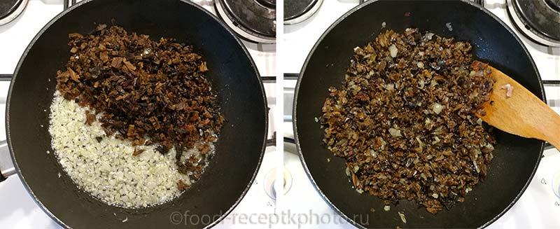 Жареный лук с грибами в сковороде