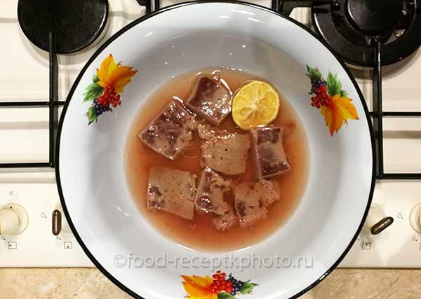 печень говяжья в маринаде в эмалированном блюде