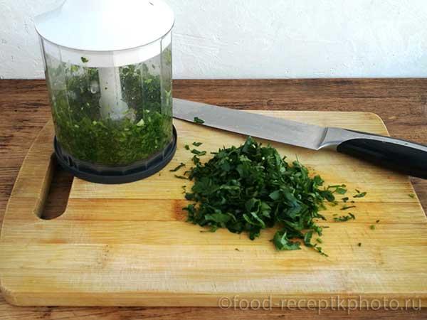 Фасолевый суп с куриным фаршем и овощами- измельченная петрушка