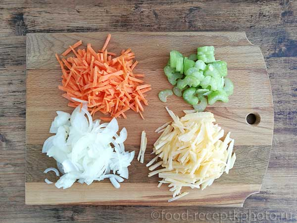 Нашинкованные овощи на разделочной доске