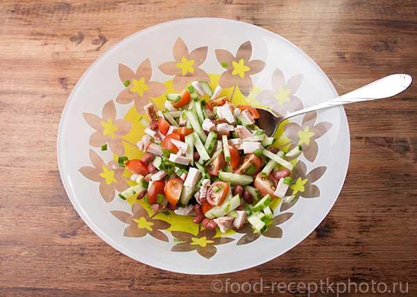 Салат с куриным мясом, фасолью и овощами