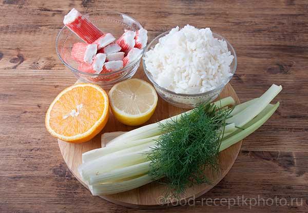 Салат из отварного риса, сельдерея и крабовых палочек-ингредиенты