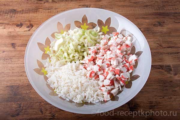 Салат из отварного риса, сельдерея и крабовых палочек