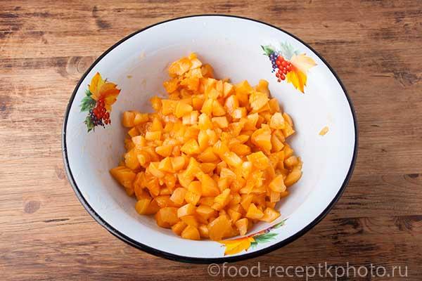 Нарезанные абрикосы в миске