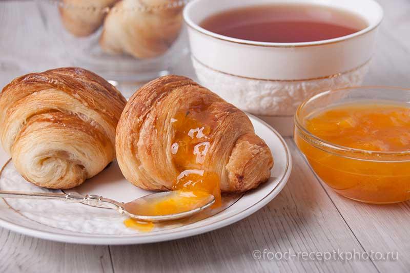 Абрикосовый джем  с круассанами и чай в чашке
