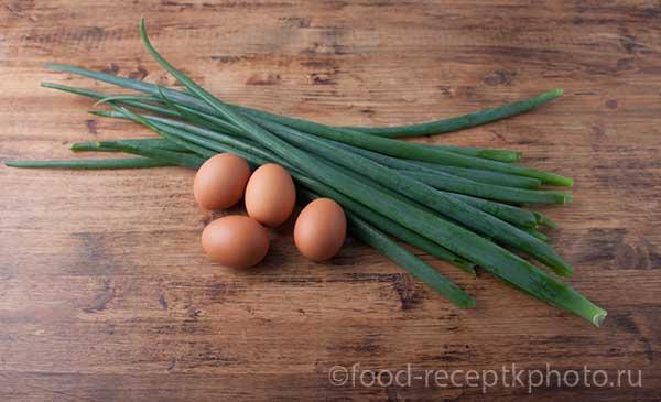 зеленый лук и яйца