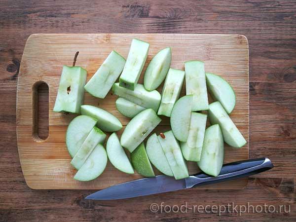 На разделочной доске нарезанные яблоки