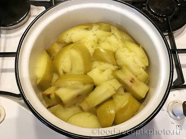 пропаренные яблоки в кастрюле