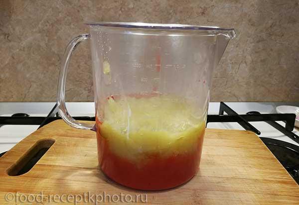 Рябиновое и яблочное пюре в мерном стакане