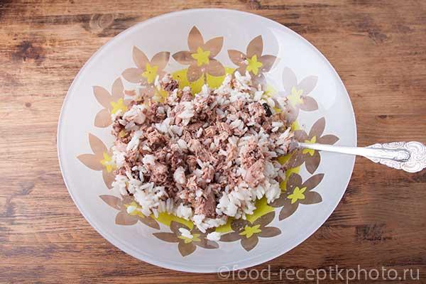 Консервированный тунец с рисом в салатнике