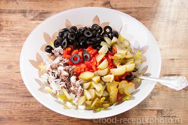 Салат из риса с тунцом в салатнике