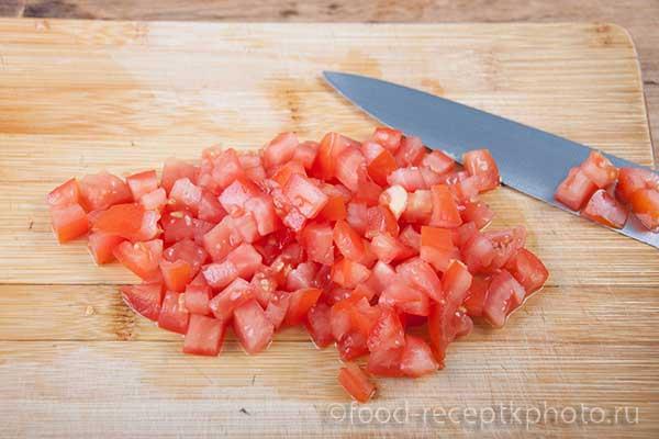 Нарезанные помидоры на разделочной доске