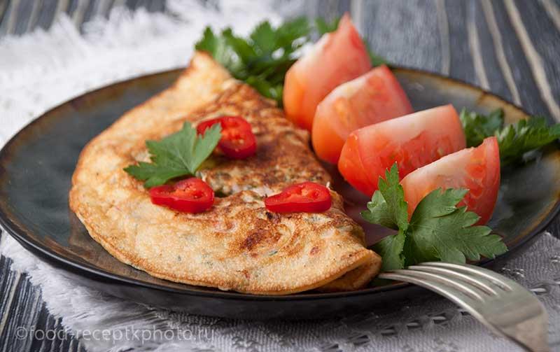 Яичные блинчики с сыром и овощами