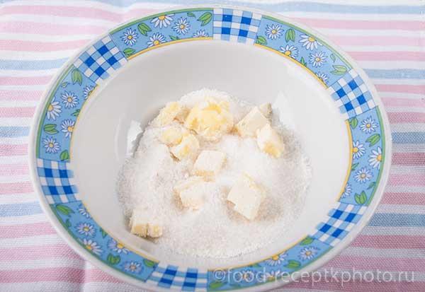 в миске масло, сахар и мука для приготовления штрейзеля