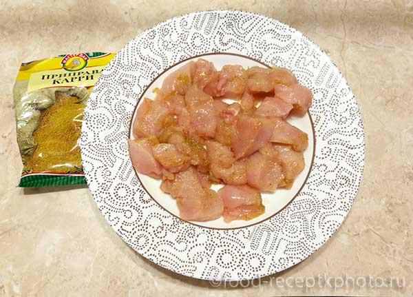 Куриное филе с приправой карри в тарелке